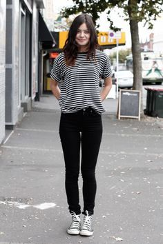 pantalon negro, buso de rayas y converse. combinacion perfecta.