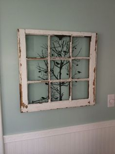 een oud raam met een print erachter