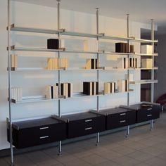 Rimadesio Zenit is het innovatieve sectionele systeem om woonkamers en walk-in closets in te richten. Bedacht op zichtwerk en opslag, geschikt voor elk deel van het huis. -