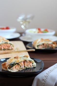 Puff pastry with spinach and salmon cream cheese Entree Recipes, Seafood Recipes, My Recipes, Appetizer Recipes, Cooking Recipes, Favorite Recipes, Salmon In Puff Pastry, Spinach Puff Pastry, Pastry Dishes
