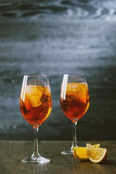The Spritz is the quintessential aperitif cocktail, now served in all the places in Italy. If you have a happy hour in mind, you have the perfect recipe! Aperitif Cocktails, Cocktail Garnish, Cocktail Drinks, Cocktail Recipes, Alcoholic Drinks, Party Drinks, Beverages, Italian Drinks, Popular Cocktails