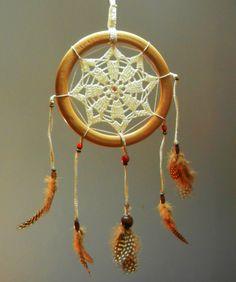 Aro de madera (18 cms.), red tejida en crochet, piedra, maderas y plumas naturales.
