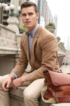 Business casual sounds like an oxymoron, right? Don't get caught up with the casual part, and show up wearing distressed jeans and sandals; view men's business casual as an opportunity to expand your style and use of color. Fashion Moda, Look Fashion, Mens Fashion, Fashion Menswear, Fashion Outfits, Fashion Trends, Blazer Marron, Costume Beige, Moda Men