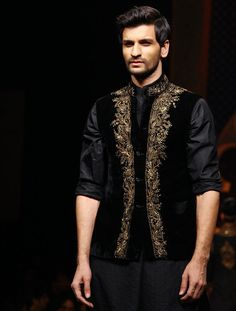 Ramp wins from the recently-concluded India Bridal Fashion Week. Take a look! Indian Men Fashion, Best Mens Fashion, Ethnic Fashion, Sherwani, Mens Traditional Wear, Gents Kurta, Mens Ethnic Wear, Boys Kurta, Indian Groom Wear