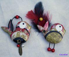 Polymer clay birds made using the mica shift and mokume gane techniques. Cacofim. La nichée va au bal