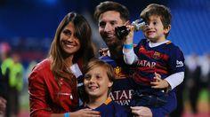 Bola Motion.com - Siapa yang tidak mengenal pemain sepakbola dunia asal klub Barcelona Lionel Messi? Pasti semua orang sudah mengenal dia dengan baik. Apalagi baru-baru ini Messi membawa Timnas Argentina ke Piala Dunia 2018. Dan lagi di tambah dengan kebahagian Messi menanti kehadiran sang buah hati yang ketiga.   #anak ketiga #Antonella Roccuzzo #keluarga kecil messi #lionle messi