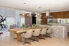 Uma decoração de casa ampla, confortável, luz natural e pratica. Mesa de jantar de madeira com flores e pendentes. Na cozinha revestimento de madeira. #casadevalentina #decoracao #decor #design #details