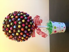 Rolo and smartie sweet tree Candy Topiary, Candy Trees, Topiary Trees, Food Bouquet, Candy Bouquet, Chocolate Tree, Chocolate Bouquet, Edible Crafts, Diy Crafts