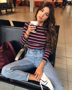 Take a look at 25 best airport style winter outfits to copy to your next flight in the photos below and get ideas for your own outfits! Beyond obsessed with this look like a comfy and cute outfit for flying. Street Style Outfits, Mode Outfits, Trendy Outfits, Summer Outfits, Hipster Outfits, Hipster Style Girl, Simple College Outfits, Fall Outfits For Teen Girls, Teen Style