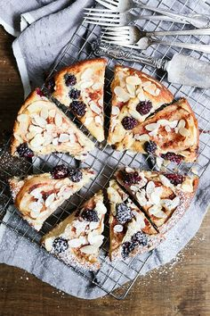 Pear and Blackberry Almond Cake recipe Just Desserts, Delicious Desserts, Yummy Food, Health Desserts, Tasty, Baking Recipes, Cake Recipes, Dessert Recipes, Vegan Recipes