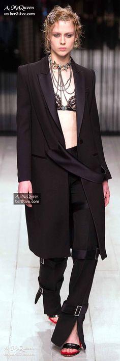 Alexander McQueen Fall 2016 Ready-to-Wear Fashion Show Alexander Mcqueen Couture, Alexander Macqueen, British Fashion Awards, 2016 Fashion Trends, Punk, Ready To Wear, Autumn Fashion, Stylish, Fall 2016