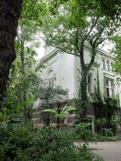Belle architecture au sein de la végétation (Artis Zoo / Amsterdam / Pays-Bas)