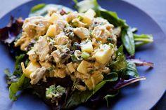 La Insalata di tacchino viene realizzata ponendo la carne a pezzettini nel succo dei limoni per mezz'ora, tagliando le verdure e ricavando la scorzet...