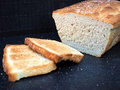 Tämä itseleivottu leipä sisältää paahdettua seesamiöljyä ja oliiviöljyä joiden maku korostuu kun leipää paahtaa.