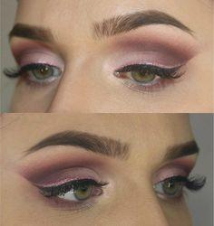 mujer con maquillaje de sombra rosa