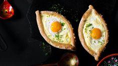 Chlebové placky se sýrovou náplní celkově označované jako chačapuri se proslavily daleko za hranicemi Gruzie, kde jsou pokládány za národní pokrm/přílohu, bez n Avocado Egg, Avocado Toast, Mozzarella, Eggs, Breakfast, Food, Diet, Morning Coffee, Essen