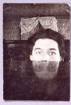 André Breton dans l'atelier - 1920  Photographie Auteur  Personne citée André Breton Photographe Auteur non identifié