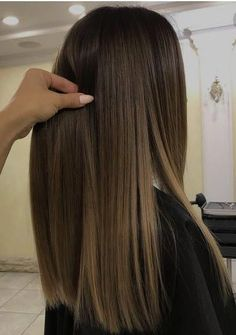 Here's Every Last Bit of Balayage Blonde Hair Color Inspiration You Need. balayage is a freehand painting technique, usually focusing on the top layer of hair, resulting in a more natural and dimensional approach to highlighting. Ombre Hair Color, Hair Color Balayage, Hair Highlights, Balayage Blond, Color Highlights, Balayage Hair Brunette Straight, Bayalage Brunette, Caramel Balayage, Bayalage On Straight Hair