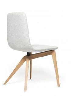 cadeira com pés de madeira