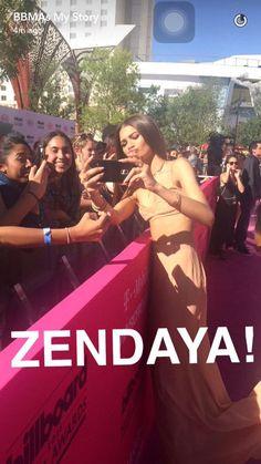 A @Zendaya, deusa da beleza natural, toda fofa com os fãs no #BBMAs!