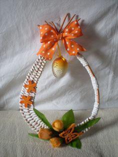 "Képtalálat a következőre: ""navod na podkovu master klass"" Newspaper Crafts, Old Newspaper, Sun Paper, Decoupage, Paper Weaving, Some Ideas, Easter Wreaths, Deco Mesh, Basket Weaving"