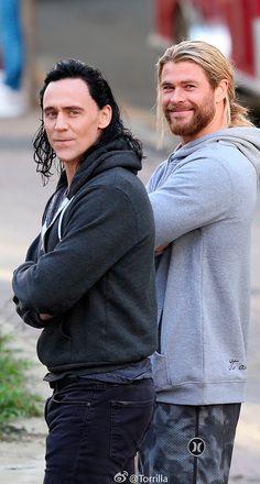 Tom Hiddleston and Chris Hemsworth on the set of 'Thor: Ragnarok' in Brisbane, Australia on August 23, 2016. Source: Torrilla, Weibo. Click here for full resolution: http://ww4.sinaimg.cn/large/6e14d388gw1f73ytae0pcj21xt2t1qmm.jpg