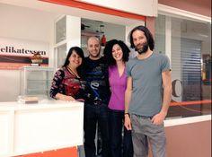 Con Sergio y Elena, nuestros amigos del obrador Celikatessen en Madrid, un paraíso sin gluten y sin lácteos. Aquí nos pusimos morados de tanto comer, porque Sergio prepara unos postres deliciosos. Están en el mercado de Pacífico