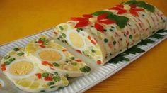 5 ovos inteiros  - 250 g ervilhas (congeladas)  - 200 g de cenouras descascadas   - 350 gramas de batatas   - 100 g de maçãs verdes descascadas  - 100 g de uvas passas escuras sem sementes (opcional)  - Suco de limão, sal e pimenta a gosto  - 6 colheres de sopa cheias de maionese  - 3 colheres de sopa de creme de leite  - 2,5 l de Caldo de vegetais caldo  - Dois pacotes de gelatina incolor  -   - Decoração (opcional)  - 1 pimentão vermelho  - 1 ramo de salsa  - Filme plástico  - Forma de…