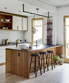 taburetes altos negros en la cocina moderna cocinas Pinterest