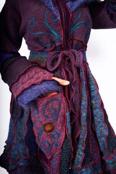 Doesn't this look like a coat that ought to be worn by your favorite character in your favorite fantasy novel? ((Fantastic original upcycled coats from Katwise)) Bohemian Mode, Bohemian Style, Boho Chic, Hippie Chic, Pullover Upcycling, Beautiful Outfits, Cool Outfits, Gypsy Style, My Style