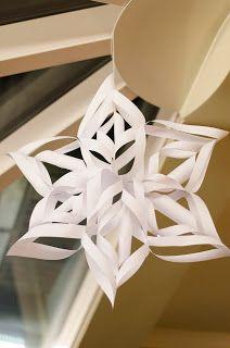 Tutorial Kerstster van papier. Met deze ster dompel je je huis in no time onder in de kerstsfeer. Origami , kerst, knutselen, kinderen,.. Christmas Crafts, Christmas Decorations, Xmas, Pearl Crafts, Snowflakes, Origami, Ceiling Lights, Emoticon, Vsco