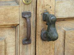 Chapas y cerraduras en las casas de Antigua Guatemala, aún conservan su estilo... Door Knockers, Door Knobs, Door Handles, Locks, Spaces, Home Decor, Slab Doors, Old Keys, Dressers