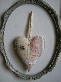 © http://latelierdaston.canalblog.com/ Coeur à suspendre parchwork 21 cm x 16 cm