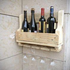 Botellero de madera hecho artesanalmente con tablas de palés reciclados. De Sabanachic.