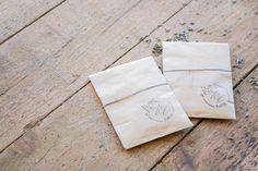 Les petits pochons de lavande Kraft, pour la cérémonie de A & C. Organisation et Décoration: Atelier Blanc ATLB Tampon: Graphikkart Crédit Photo: Romain Deligny
