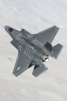 F-35B at Edwards AFB par Lockheed Martin    Via Flickr: An F-35B aircraft flies over Edwards Air Force Base, Calif., March 29, 2013.  More Airplanes here.