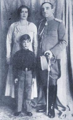 Queen Marie and King Alexander I posing with their first son and heir, Crown Prince Peter. Peter would become king of Yugoslavia at the tender age of 11 when his father was assassinated in Queen Victoria Descendants, King Alexander, Christian Ix, Prince Héritier, Queen Victoria Prince Albert, Royal King, Belgrade Serbia, Strange Photos, Historical Images