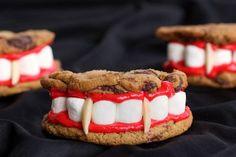 Dalle tortine ai vermi al teschio d'anguria, dal cervello di zombie in gelatina ai biscotti di Dracula: ecco 26 idee originali trovate in Rete per i dolcetti di Halloween che provocheranno il massimo dell'orrore e del divertimento a grandi e piccini