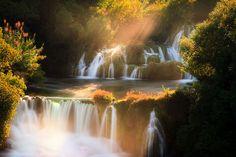 Het zevende nationale park van Kroatie dat is Krka. De rivier de Krka komt uit de voet van het Dinaragebergte. Door de grote diversiteit aan vogels, de structuur daarvan en en de lentemigraties maken dit park geliefd en gewaardeerd onder ornithologen. Verliefde stelletjes gaan vaak naar de waterval om daar met elkaar en van de natuur te genieten.