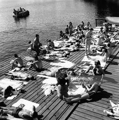 Photo d'actualité : Students sunbathing at a lake on the campus of...