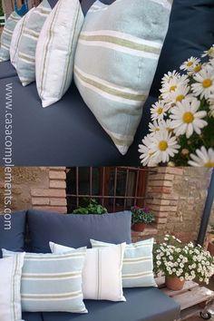 Conjunto confeccionado con tejido de exterior para una terraza techada. Cojines decorativos confeccionados con tejido Arrecife de Yutes