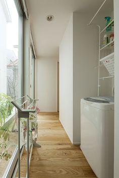 究極のシンプルをめざした住まいに家族の温かな暮らしが息づく | 建築実例 | 戸建住宅 | 積水ハウス Japan House Design, Garden Architecture, Interior Garden, Washroom, House Rooms, Mudroom, Great Rooms, Laundry Room, Home Appliances