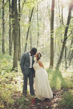 a sweet woodland kiss Photography By / http://brookecourtney.com