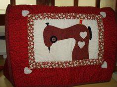 capa p/ máquina costura, com aplicação, forrada e revestida com manta estruturada, tecido 100% algodão, quiltada, com botões decorativos. As cores podem variar conforme a disponibilidade dos tecidos. R$ 120,00
