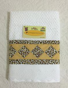 Toalha de rosto (Santista), tecido 100% algodão, possui barrado em seminole e bordado inglês de algodão. Ideal para decorar seu banheiro ou lavabo.