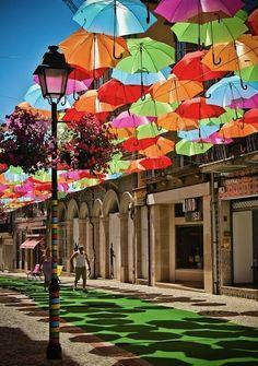 Inatalación de paraguas flotantes en Agueda, Portugal #arteurbano • Floating umbrellas in Agueda