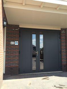 Deze openslaande deuren zijn a-symmetrisch uitgevoerd en geplaatst in Amersfoort. De deuren bestaan uit een vlakke plaat en verticaal HR++ glas van 200 mm breed. De linker deur (actieve deur) is 900 mm breed en de rechterdeur (passieve vleugel) is 1400 mm breed. De deuren zijn uitgevoerd in RAL kleur 7016, volledig met structuurlak.