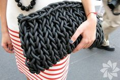 knitted clutch, I think from neopren. (could make shopping bags by knitting plarn from old plastic bags) Big Knits, Chunky Knits, Knitted Bags, Beautiful Bags, Clutch Purse, Leather Clutch Bags, Coin Purse, Fashion Bags, Japan Fashion
