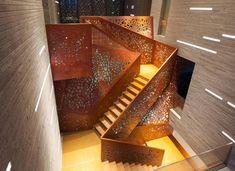 Gelöcherte Treppe aus Kupfer und Schichtholz blickpunkt design