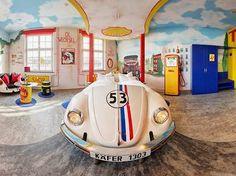 Os carros V8 Hotel Situado apropriadamente em frente à principal planta da Mercedes-Benz em Böblingen, na região de Stuttgart, Alemanha , o V8 Hotel é uma festa para os olhos. Especialmente para os olhos dos fãs de carros. Um show de design e arquitetura vintage, com um toque de nostalgia. Você pode dormir em um Herbie (aquele da série Se Meu Fusca Falasse), em um Cadillac em estilo cinema drive-in americano ou em ambientes decorados como posto de gasolina ou lava-rápido da era de ouro.